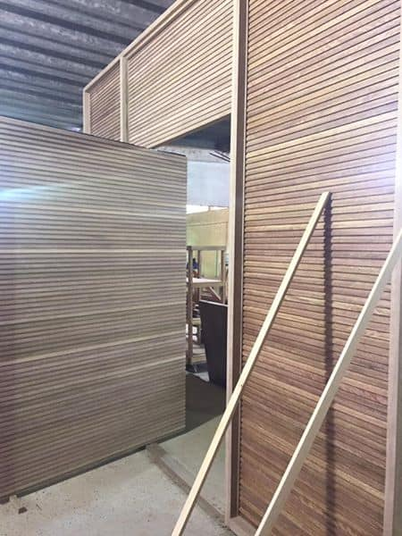 Porta de entrada de madeira - Tamanho Grande - Ripada