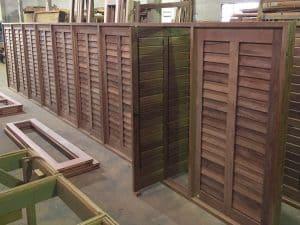 venezianas articuladas - palhetas móveis - esquadrias de madeira - Janelas pivotantes