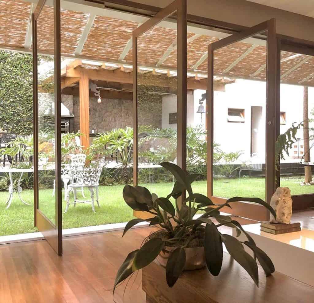 Porta Pivotante de Madeira com Vidro