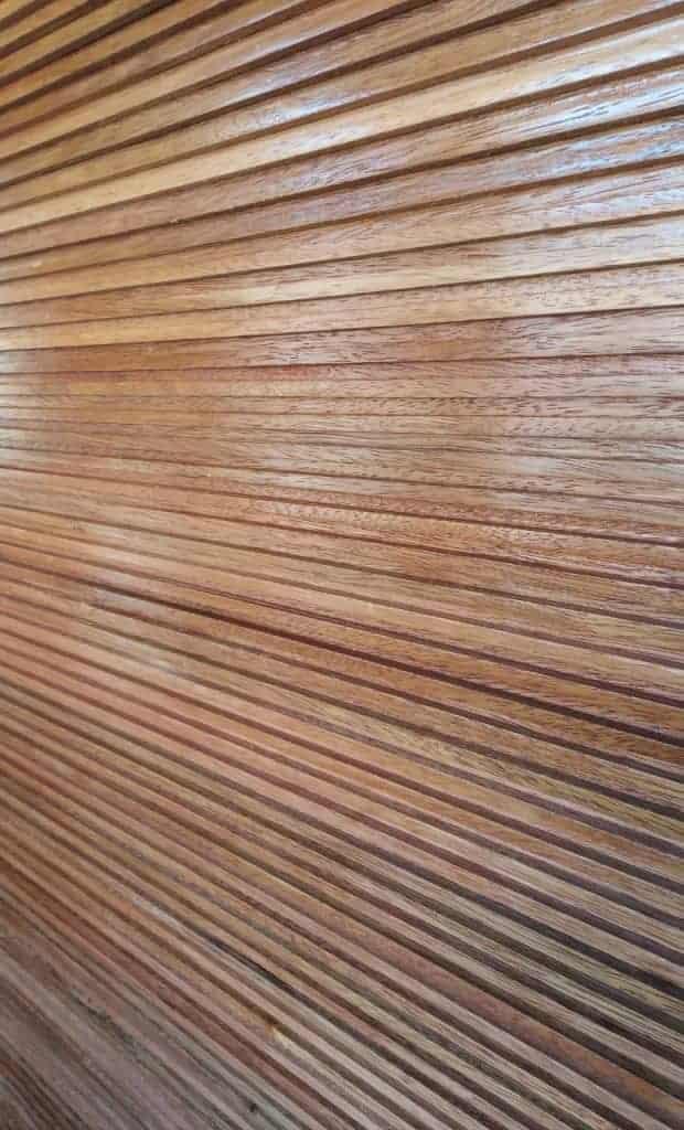 Porta de madeira ripada