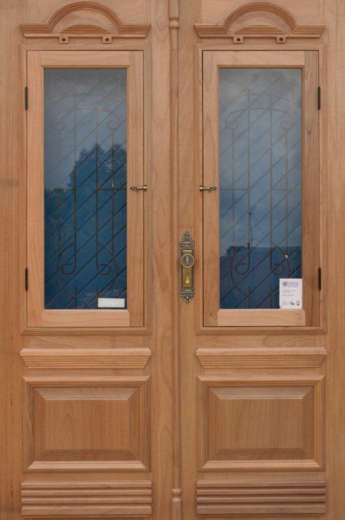 Porta dupla - Portas de madeira com grades de ferro e postigo - Portal de madeira com vidro - Mais segurança